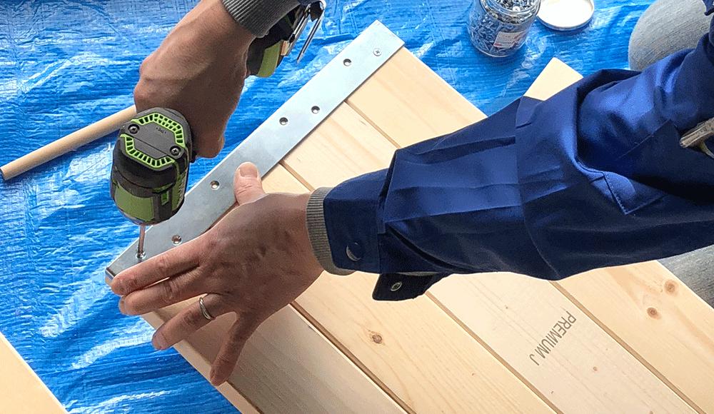 ウォリストの束ねる金具は最大でツーバイフォー材を4枚まで束ねることが可能です。棚受金具は3枚まで。