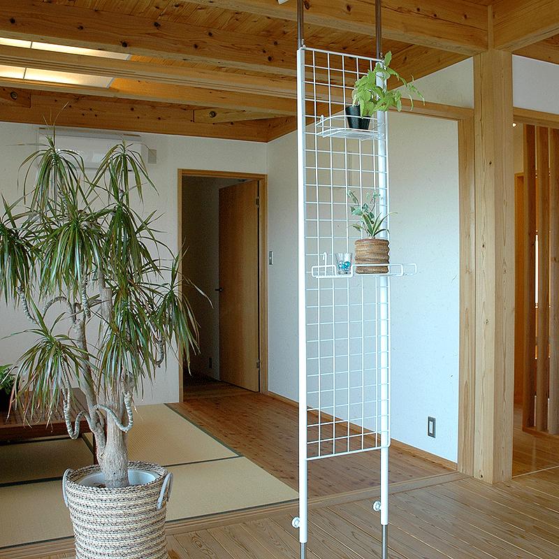 壁沿いでなくても突っ張ることができれば収納だけでなく間仕切りにも使えるメッシュパネル