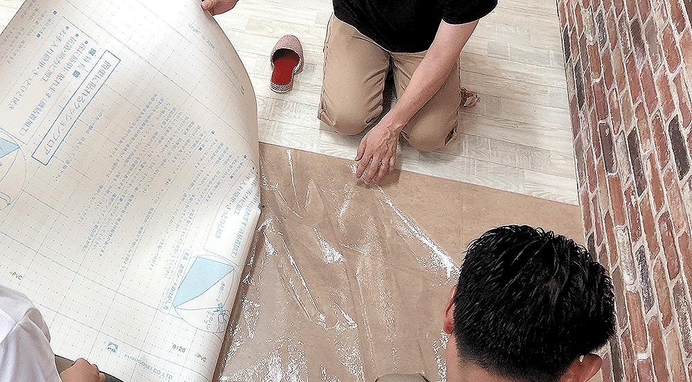 クッショフロアでは珍しい貼ってはがせる粘着付きなので、DIYで簡単に床のリフォームが可能です。