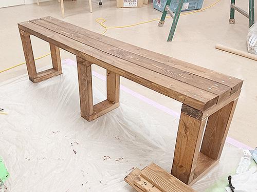机に合わせたゆったりとしたベンチも完成