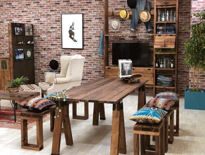 ソーホースブラケットで作ったテーブルでビンテージ風のカッコいいお部屋が完成