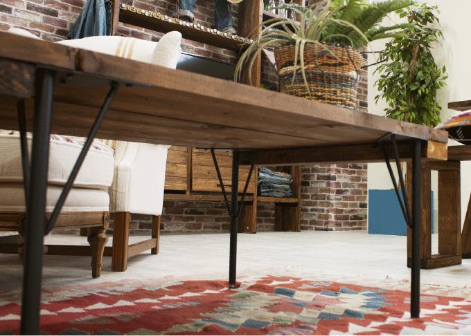 天板用の板にビスで取り付けるだけの簡単DIY。天板は1枚板でも束ねた木材でもOK。