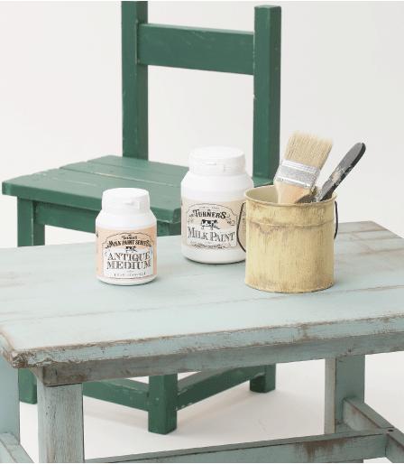 森永乳業のミルク原料を 使用した天然由来ペイント ◆アメリカントラッドの色調を忠実に再現 ◆各メディウムも全て水性で安心安全 ●クリーミーな質感で、伸びがよく塗りやすい ●マットな仕上がりで、乾燥後は耐水性に優れています。【ミルクペイントの由来】アメリカ開拓時代、ミルクカゼインを利用した塗料を使って家具などを彩色していました。顔料として身の回りにあるもの(土・レンガなど)を使っていたことから、落ち着いた色調(アーリーアメリ カン・アンティーク調)のものが多いのが特徴です。