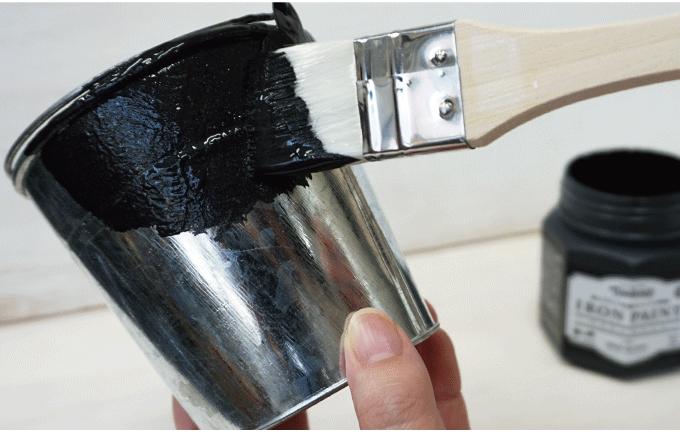 アイアンペイントは塗るだけで簡単にアンティークな金属感がでる塗料です