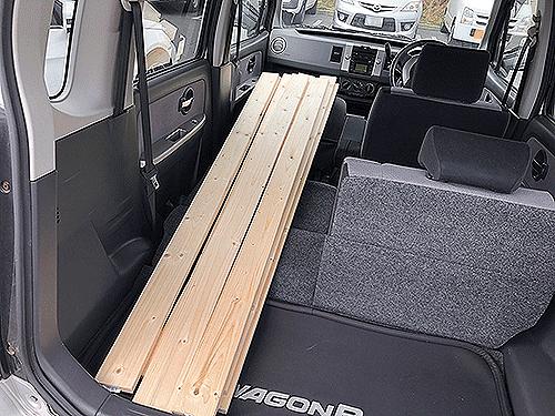 木材を車に積む